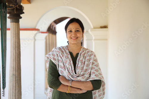 Photo Cheerful indian woman standing infront of house