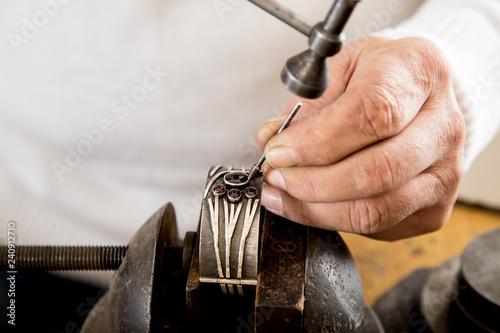 Złotnik w pracowni jubilerskiej wykonuje biżuterię. Fototapeta