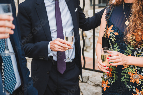 Fotografia  People drinking champagne or sparkling wine at a social event or party