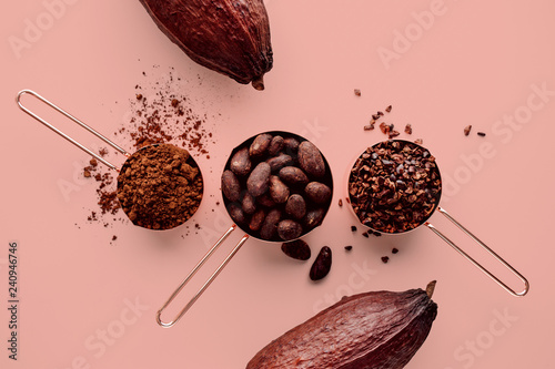 Cuadros en Lienzo Rose gold measuring cups of cocoa beans, cacao nips, cocoa powder and cocoa pods
