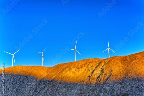 In de dag Verenigde Staten Wind generators in the endless fields.