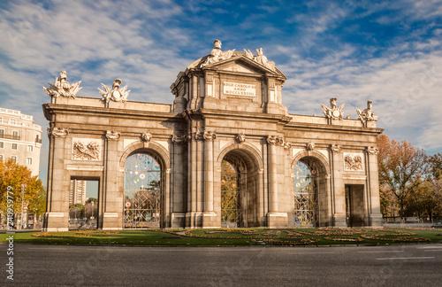Puerta de Alcalá en día soleado