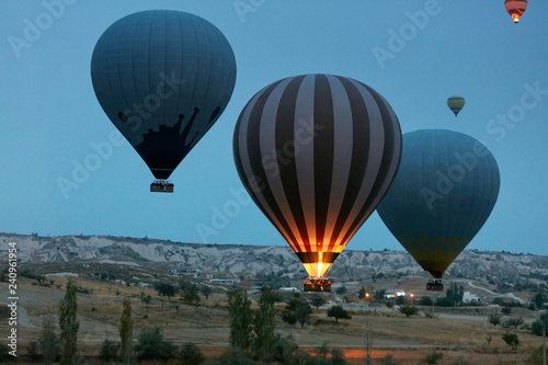 Poster Montgolfière / Dirigeable Travel. Hot Air Balloons Flying Above Valley In Early Morning