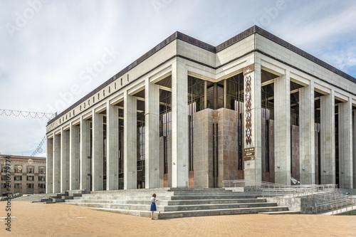 Foto  Minsk, Belarus - July 28th 2018 - A huge concrete building with very straight li