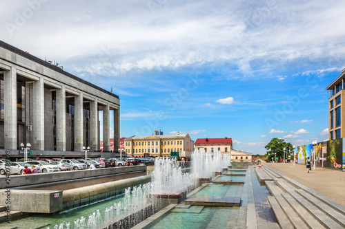 Foto  Minsk, Belarus - July 28th 2018 - A nice water fountain in downtown Minsk, with