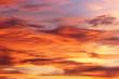 herbstlicher Abend Himmel zum Sonnenuntergang mit orange gefärbten Wolken und Abendrot.