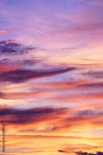 herbstlicher Abend Himmel zum Sonnenuntergang mit Wolken und Abendrot Wallpaper Mural
