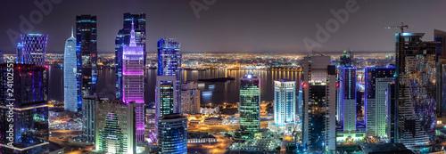 Fototapeta Panorama des Zentrums von Doha in Katar mit den bunt beleuchteten, modernen Wolkenkratzern obraz