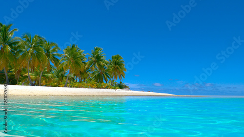 Foto op Plexiglas Caraïben COPY SPACE: Crystal clear ocean water rolls past the beautiful white sand shore.
