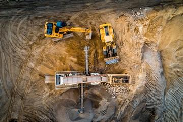 Koparka i maszyny budowlane na piasku, z powietrza