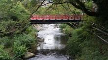 湯河原 温泉街の川と赤い橋
