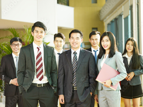 Fotografía  group photo of a team of asian business people