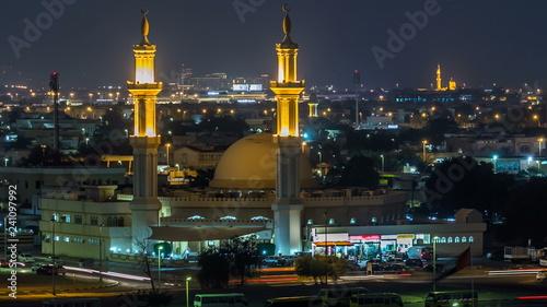 Fotomural Dubai skyline with Mosque illuminated at night timelapse