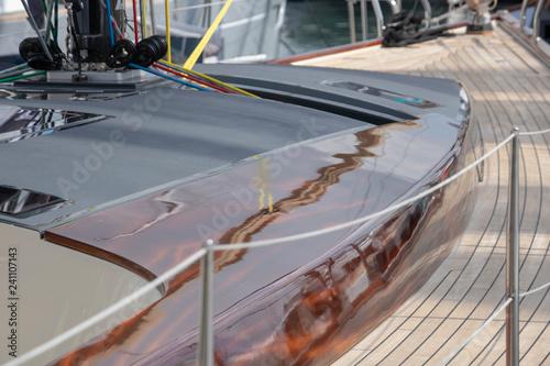 Valokuva  Pont en teck et bois vernis, et pied de mât sur un voilier de luxe