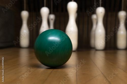 Photographie Kugel mit Kegeln im Hintergrund