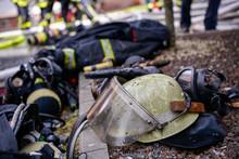 Ein Vom Ruß Des Feuers Geschwärzter Feuerwehrhelm