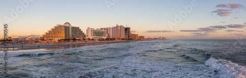 Fotografia  Panoramic view of a beautiful sandy beach during a vibrant sunrise