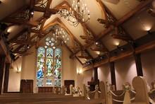 教会のステンドグラスとバージンロード