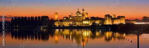 Photo Mantova, skyline del centro storico riflesso nel lago di Mezzo.
