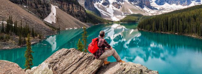 Planinarski čovjek koji gleda jezero Moraine i panoramu Stjenovitih planina