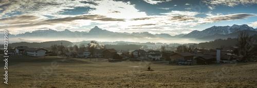 Fotografia  Dorf in den Bergen mit Nebel, Säuling, Allgäuer Alpen 1