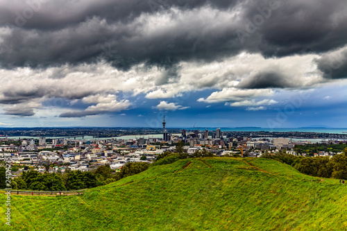 Spoed Foto op Canvas Oceanië New Zealand. Auckland. The skyline of the city seen from Mount Eden (Maungawhau, a dormant volcano)