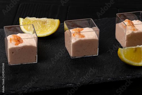 Cocktail di gamberetti su piatto di ardesia nero