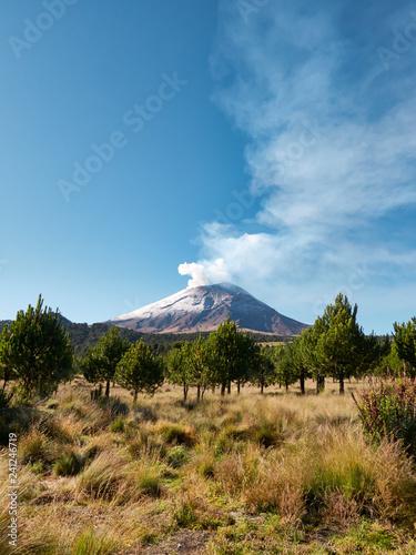 Plakat Dym wypływa z wulkanu Popocatepetl widziany z Parku Narodowego Itza-Popo w Meksyku