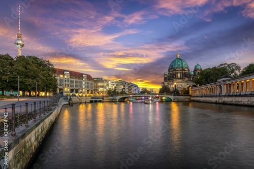 Poster Berlin Die Skyline von Berlin entlang der Spree bei Sonnenuntergang