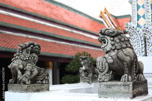Photo  the lion statue of china in temple at thailand