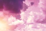 Kreatywne tło, różowe, puszyste, waniliowe chmury. Koncepcja lekkości, magii, magii, bajki, dobra. Tło dla kart, ulotek. - 241321581