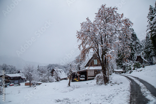 Foto  Sightseeing around Shirakawa-go village area with snow cover on winter including
