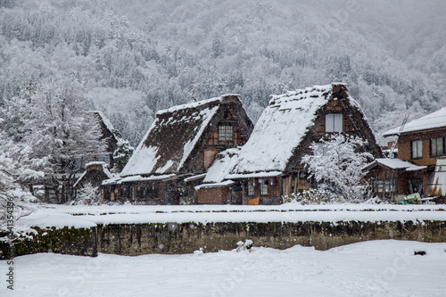 Foto  Shirakawa-go village in winter including traditional House Gassho style and one