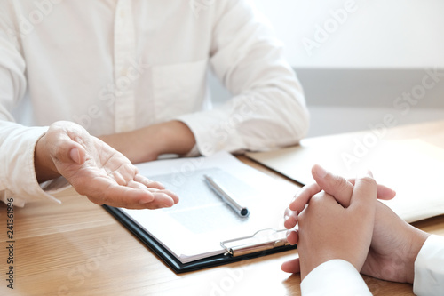 Fotografía  Legal counsel presents to the client a signed contract with gavel and legal law
