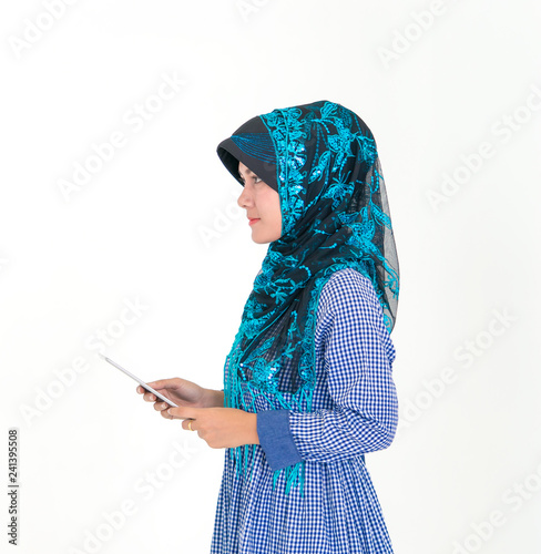 Fotografía  Side view Portrait of a Muslim Islam woman isolated on white background