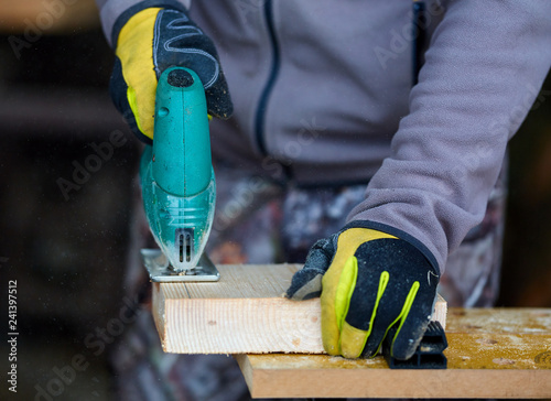 Fotografía  Woodworker using jigsaw