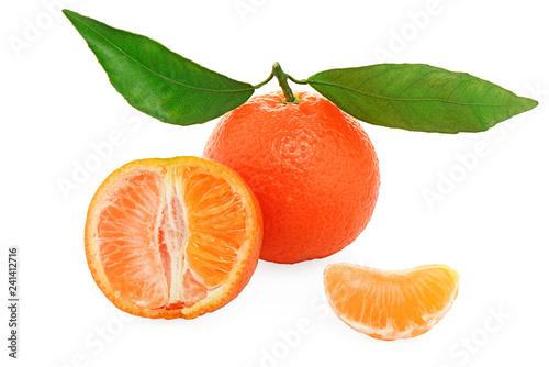 Valokuva  clementine con foglie e senza semi - isolate