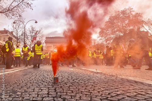 Carta da parati Fumigène et fumée rouge manifestation gilets jaunes