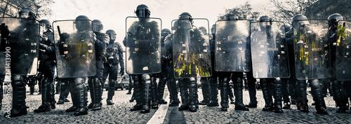 Police CRS et Boucliers face aux manifestants Wallpaper Mural