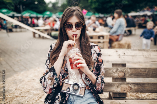 Photo  stylish hipster woman drinking lemonade