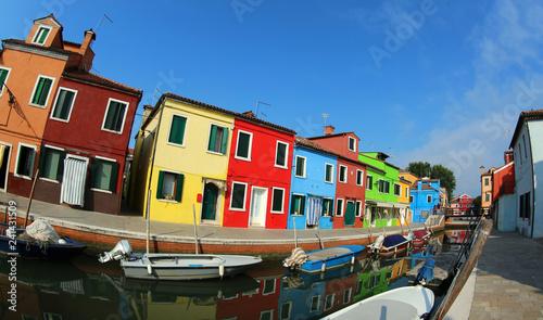 Plakat domy na wyspie Burano w pobliżu Wenecji we Włoszech przez obiektyw typu rybie oko