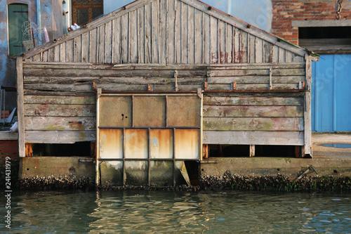 Plakat zad, używany jako garaż dla łodzi na wyspie