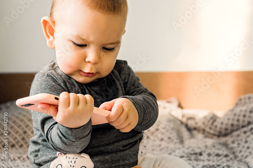 Fotomural baby hold phone sitter toddler indoors early technical development genz