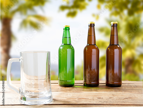 Foto op Canvas Bier / Cider empty glass of beer on wooden table on blurred tropical background