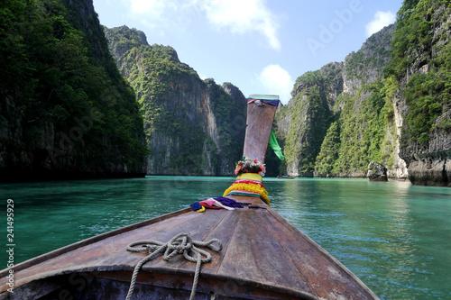 In de dag Asia land Long tail boat, Phi Phi islands, Thailand