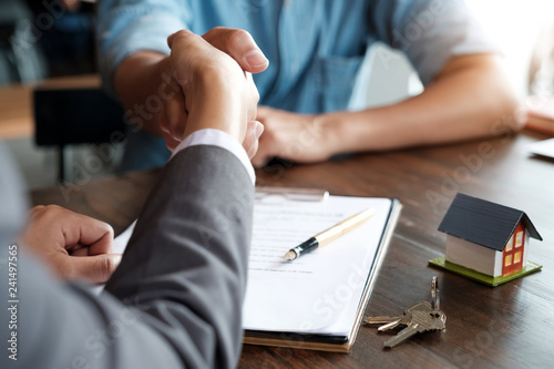 Cuadros en Lienzo  Estate agent shaking hands with his customer after contract signature