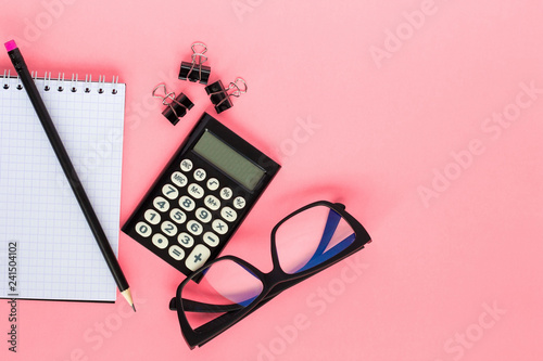 Fotografía  Notepad,  calculator, pencil and glasses on  pink background