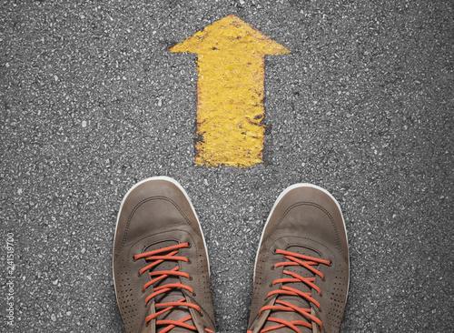 Obraz na plátně yellow arrow pointing ahead direction concept