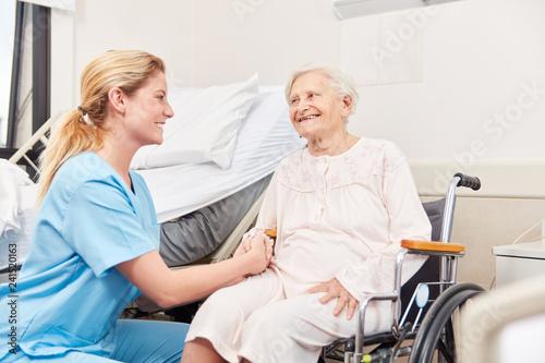 Spoed Foto op Canvas Wanddecoratie met eigen foto Altenpflegerin betreut Senior Frau im Rollstuhl