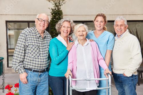 Gruppe Senioren mit Altenpflegerin im Seniorenheim